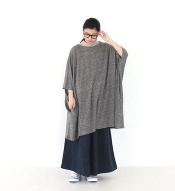 少し寒くなってくる秋には、チュニックの中にシャツなどを着こめばOK。ゆったり着られるボリュームチュニックなので、どんなアイテムをインに使ってもごわついたり気太りしないのが嬉しいポイントです。