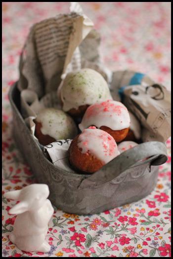 イースターを意識した穴なしの卵型ミニドーナツ。デコレーションはチョコレートだけでなく、アイシングでもOK。こちらは丸いドーナツにアイシングをかけて、抹茶やストロベリーのパウダーでデコレーションしたレシピ。アイシングシュガーが余っている時にも参考にしてみてください。