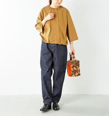 ノンウォッシュのデニムは固くなじみにくい分、デニムを育てる楽しみが味わえます。  首元がくしゃっとしたプルオーバーシャツは、適度なハリ感がデニムの存在感に負けません。かっちりした革靴と合わせて、正統派の大人コーデの完成。
