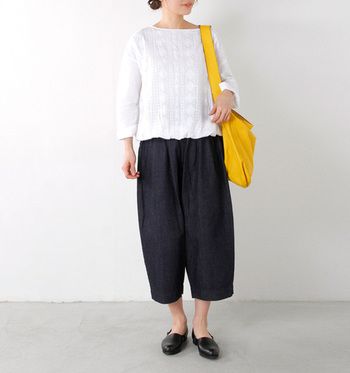 """デザイン豊富なデニムですが、今季は裾が""""すぼまった""""テーパードや卵のようなエッグラインのデニムに注目! 気になる腰回りも隠して、歩きやすさも◎  シンプルな白トップスと合わせても、人と差がつくデニムです。"""