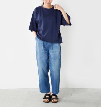 ビッグサイズでふんわり裾広がりのシンプルTシャツ。きれいに色落ちしたジーンズと合わせれば、大人のリラックススタイルに。小物をフェミニンなものでまとめると、カジュアルアップします。