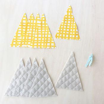 必要な表布はタテ15cm×ヨコ60cmとありますが、三角のパーツを5枚縫い合わせる作り方なので、生地がひとつづきでなくても枚数分とれれば作れます。色や柄の違う別の生地と組み合わせるのもいいですね♪