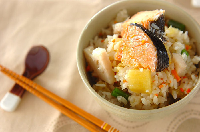 秋冬にかけて脂がたっぷりのった秋鮭は、炊き込みご飯にすると美味しいだしが染み込みます♪鮭のうま味と一緒にサツマイモのホクホク感やれんこんのシャキっとした食感が楽しめる、満足感のあるレシピです。