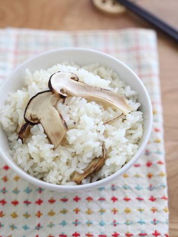 食卓を豪華にしたいときは、ちょっと奮発して松茸ご飯に♪シンプルな味付けにすると、松茸の香りが楽しめます。土鍋でなくても炊飯器で作れちゃうのでぜひお試しを!