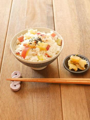 ベーコンを加えるだけで、サツマイモご飯がどこか洋風な味に…!ベーコンのうま味が加わって、満足感もアップします。
