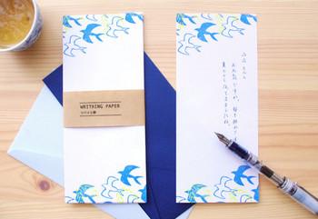 爽やかなブルーの一筆箋は夏に使いたくなるアイテム。メッセージを書くインクの色もブルーでまとめれば一層涼やかですね。