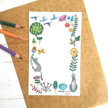 不透明の水彩を使って描かれたイラストは、優しくて独特の色使いが素敵です。猫と植物、鳥の組み合わせも珍しいですね。