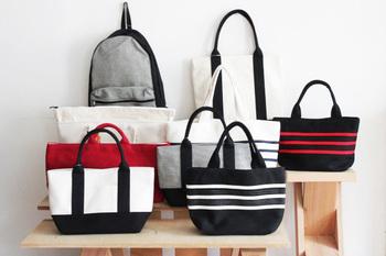 シンプルながらオシャレなこれらのバッグ。 日本の確かな技術によるその素材の軽さ、丈夫さといったクオリティが評価され、海外から人気に火が付きました。