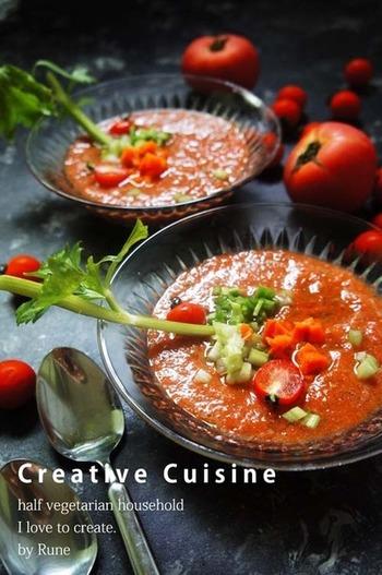 スペインの家庭料理「ガスパチョ」は、夏に食べると元気が出ると人気の冷製スープ。このレシピならレンジで作れるので、暑い日もキッチンに立つのが苦にならなそう。  ニンジンをレンジで柔らかくしたら、完熟トマトやセロリなどと一緒にブレンダーにかけてなめらかに。あとは冷蔵庫でよく冷やせばできあがり。「飲むサラダ」とも言われるほど野菜たっぷりで、美肌効果も期待できそう。