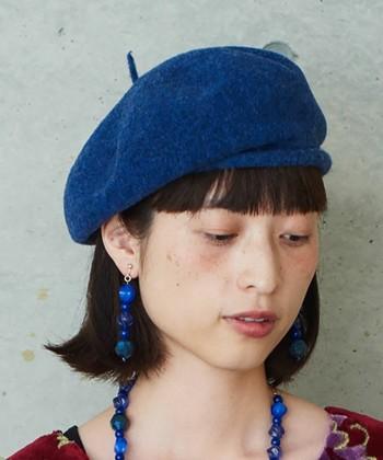 """黒やグレーに偏りがちな「ベレー帽」ですが、秋はこんな綺麗な""""ロイヤルブルー""""はいかが?ダークトーンのコーディネートにも映える素敵アイテムです。"""