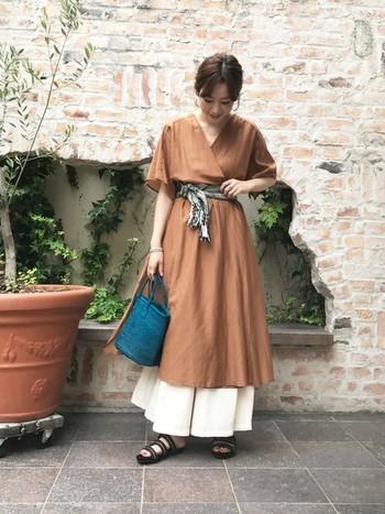 配色とハイウエストのシルエットが女性らしいスタイル。光沢のある太めパンツと合わせてきれいめにまとまっています。