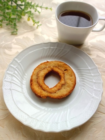 こちらのドーナツ、粉から作ったドーナツではありません。実は車麩まんまなんです!車麩に砂糖などを混ぜた牛乳を吸わせてから、薄力粉をまぶして揚げて作ります。お麩をまるごと使ってドーナツが作れるなんて、興味津々♪