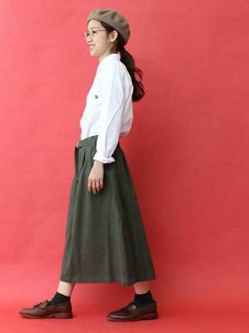 【シャツ×秋色スカート】 白シャツとカーキのコントラストが際立つ秋コーデ。ソックスや靴など秋らしい足元のカラーリングも素敵です。