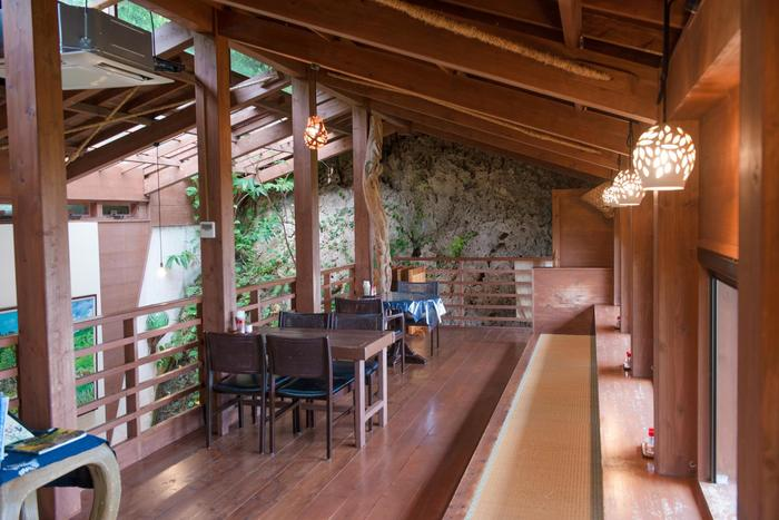 森の一部のように造られた、隠れ家カフェ「山の茶屋 楽水」では、吹き抜けの2階にあるカウンター席から海を眺めることができます。