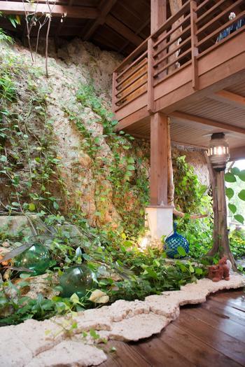 もともとこの地にあった岩を、そのままお店の壁にしたという店内では、沖縄のダイナミックな自然を感じることができますよ。