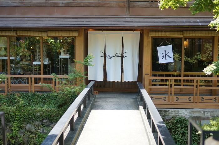 デザイナーやスタイリストが、愛用のヴィンテージファッションや雑貨を出品する、セレクトリサイクルショップとして人気の「PASS THE BATON(パスザバトン)」に併設されたカフェ「たすき」。京都・祇園の街に馴染むハイセンスなショップでお買い物を楽しだあとは、カフェでゆっくりとかき氷を堪能して。