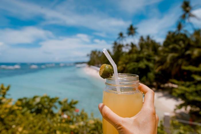 「のんびり海を眺められる」カフェ8選をご紹介しました。沖縄には、他にもたくさんの魅力的なカフェがありますので、ドライブしながら新しいカフェを探すのも楽しそう。お気に入りの海カフェを見つけて、素敵なリラックスタイムをお過ごしください。