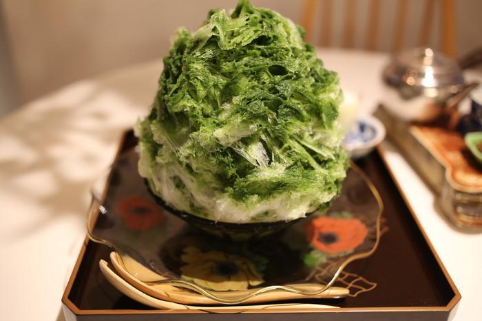ほのかな苦みがクセになる「抹茶みつ」。練乳をプラスすれば味わいがまろやかに。かき氷を飾るお皿やお盆のセンスも素敵です。