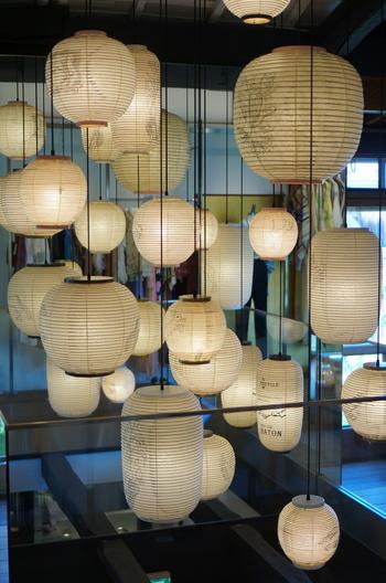 洗練された店内のインテリアも魅力。ひとつひとつ形やデザインがちがう提灯がセンスよく飾られていたり、細部までじっくりと見てほしいお店です。