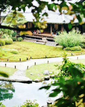 お腹いっぱいに満たされた後は、【青蓮院門跡(しょうれんいん もんぜき)】へ。青蓮院(青蓮院門跡)は、天台宗の京都五箇室門跡の一つとして名高く、古くから皇室と関わりのある格式高いお寺です。