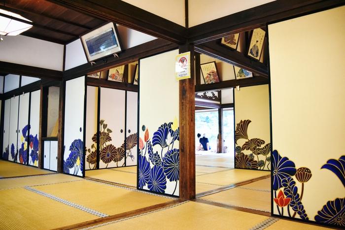 客殿である華頂殿に上がると、目を見張るような鮮やかな襖絵が視界に飛び込んできます。木村英輝さんの代表作、蓮の襖絵です。