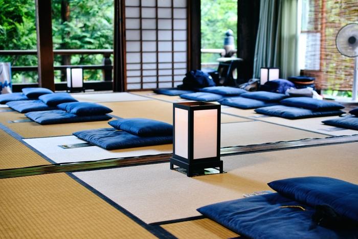 「坐禅」は坐った状態で行う禅の修行。せわしない日常から離れ、自分の心と向き合いながら静かにゆっくりとした時間を過ごします。坐って心を落ち着かせて精神統一することで、集中力がアップしたり、リフレッシュにつながります。