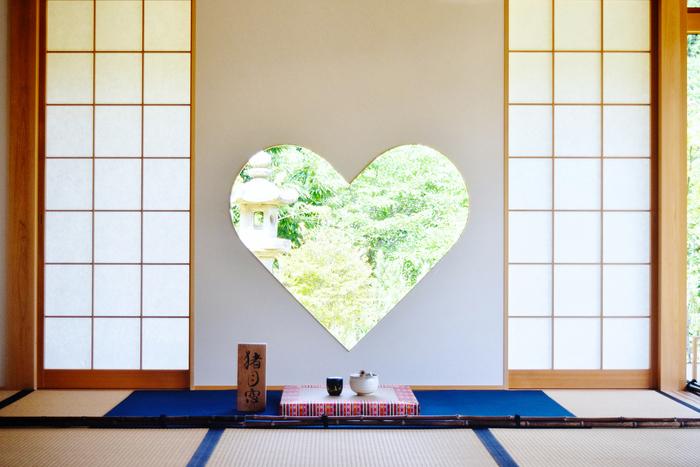 客殿には「猪目窓(いのめまど)」と呼ばれる、寺院では珍しいハート型の窓が。実は「猪目」は日本には1400年前から伝わる伝統的な文様で、災いを除き、福を招くや火除けに効くとされているんです。ハート型の窓からのぞく風景がなんとも美しく思わずカメラを構えてしまいます。
