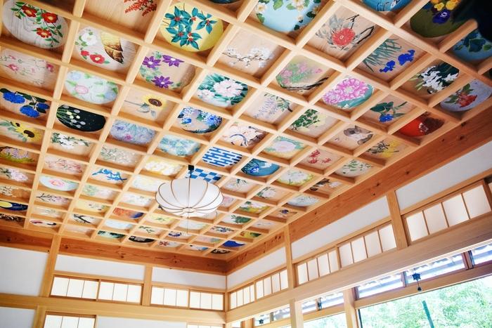 猪目窓がある客殿の天井を見上げると、160枚の絵からなる壮大な天井画が視界に飛び込んできます。花や日本を感じる風景をテーマに描かれた鮮やかで美しい天井画は、仰向けに寝転んで華やかさを楽しめるようにと設けられたそう。春夏秋冬の美しい舞妓の絵も4枚隠れているそうですよ。