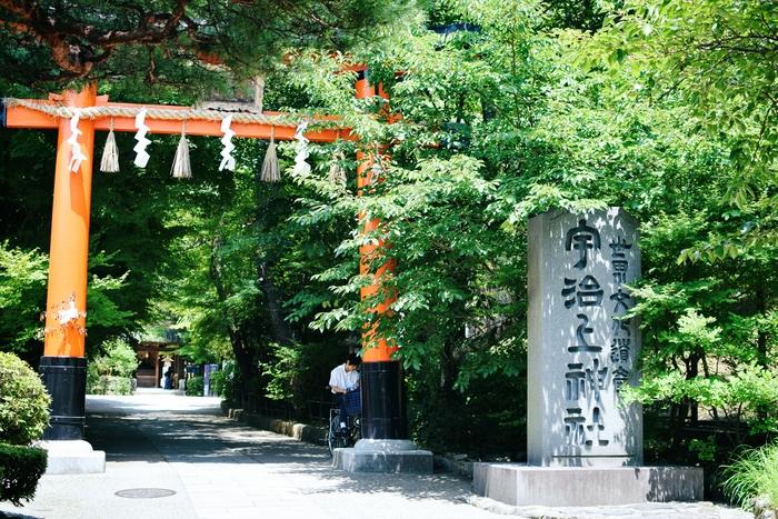 歴史的にも有名な宇治川を臨む道を散策しながら【宇治上神社】へ。宇治上神社は世界遺産に登録されており、京都の中でも由緒正しい神社です。