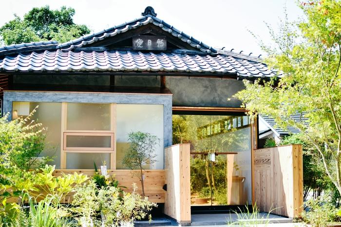宇治で400年続く歴史ある茶陶「朝日焼」求め、今年の7月にオープンしたばかりの【朝日焼 shop & gallery】へ。朝日焼の器は福寿園でも販売されています。