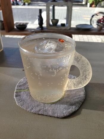 """東京にある""""八百コーヒー""""の自家製ジンジャーエールは、甘みのあるほっと優しい味わい。お店の人気No.1メニューです。人気No.2メニューのロールケーキと一緒にいかが?"""