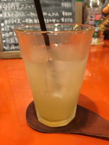 """大阪にある不思議な雰囲気の癒し系カフェ""""ンケリコ (Mmm Que Rico)"""" の自家製ジンジャーエールは、果実酒と一緒にいただいても◎夜でも定食がいただけるのが嬉しいお店です。"""