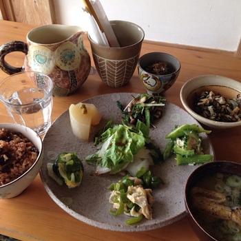 こだわりのマクロビオティック料理は、少しずついろいろな味を楽しむことができるので女性に大人気。沖縄の器「やむちん」のお皿でいただくことができます♪