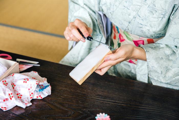 和糊をかまぼこ板にのばしていく伝統的な手法。「和糊は乾くと頑丈だし、作品と一体化してくれるので繊細な作品づくりに向いているんです」と渡邉さん