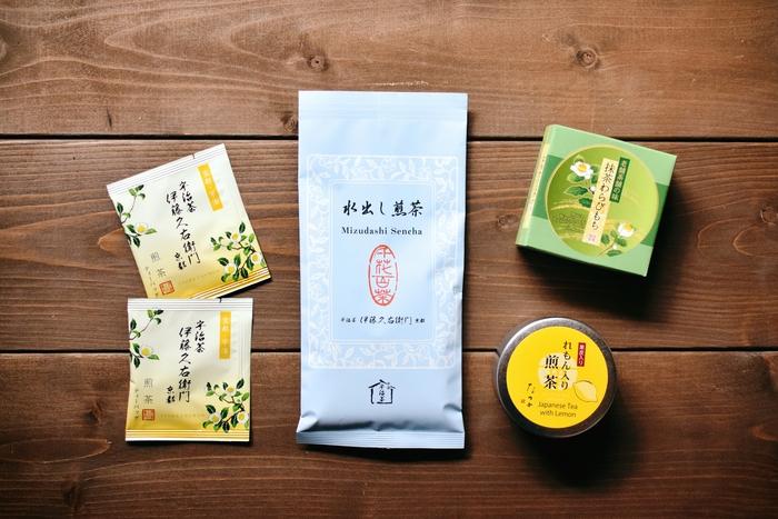 (写真左・中央:煎茶ティーバッグ・水出し煎茶/伊藤久右衛門、右:抹茶わらびもち・れもん入り煎茶/福寿園) 伊藤久右衛門では、夏季限定のお茶やスイーツが購入できます。京都らしさを感じる、涼しげなパッケージが可愛いですね。煎茶ティーバッグは個包装で8袋セットになっているので、バラして配れるのも◎ 福寿園では、甘さ控えめで抹茶の風味が上品な『抹茶わらびもち』と、爽やかなれもんのフレーバーが緑茶とマッチした、すっきり夏らしい『れもん入り煎茶』が購入できます。