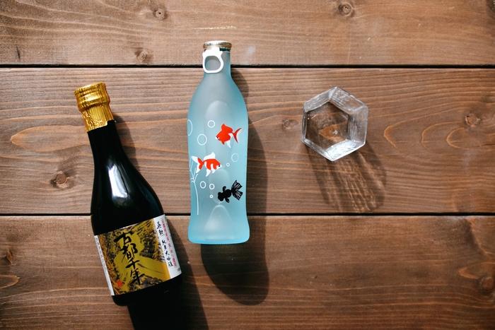 (写真左:英勲 齊藤酒造 古都千年/油長、中央:招徳酒造・四季の純米吟醸/油長、右:六角片口/酒の器 toyoda) 吟醸酒房 油長では、夏季限定ボトルの冷酒や、伏見ならではの名酒を手に入れることができます。酒の器 toyodaでお猪口を購入すればお酒好きさんにピッタリのお土産セットに♪