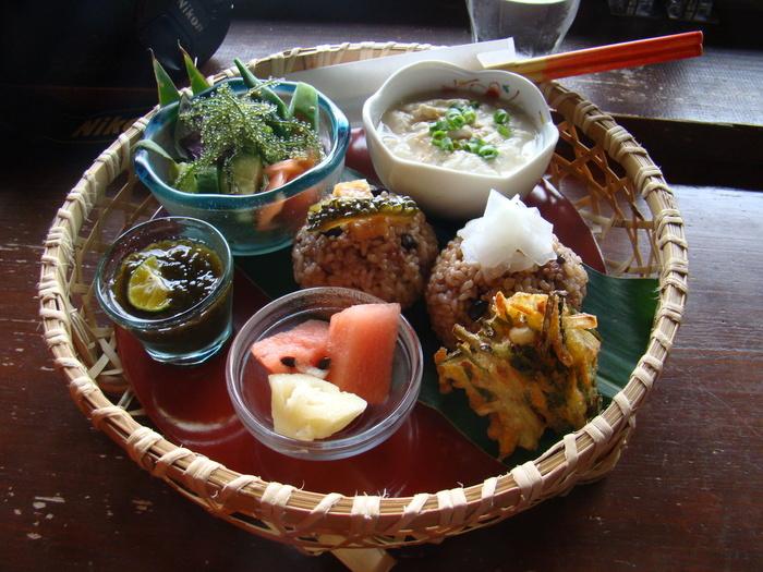 海ぶどうや、ゆし豆腐、クーブイリチー(昆布炒め)など、お肉を使わず地元の食材中心に使った沖縄伝統の郷土料理をいただくことができます。