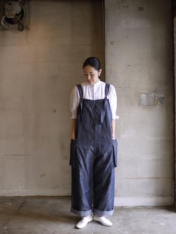 コットンリネンの上質なオーバーオールは、大人カジュアルスタイルにぴったり。ルーズなシルエットのアイテムを、スタンドカラーシャツと綺麗な白い靴で落ち着いたトーンに。