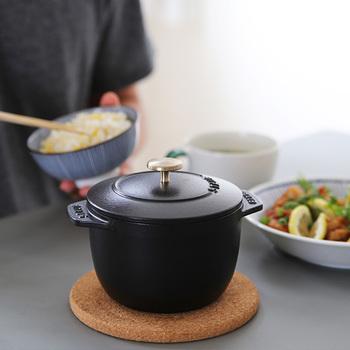 料理好きさんに支持されるフランスの鍋、ストウブ。熱伝導率の高い鋳物ホーロー製で、煮込みにも炒め物にも使える万能鍋として有名ですね。カラーバリエーションも豊富で見た目も可愛い。 そんなストウブに、ご飯専用のお鍋があるってご存じでしたか?  こちらはストウブのご飯炊き専用鍋「ラ・ココット de GOHAN」。1、2人用の小ぶりサイズなので一人暮らしの方にもオススメです。