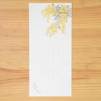 四季折々のお花の一筆箋は幅広い年齢層に人気のデザイン。季節を感じさせるイラストにメッセージを添えて。