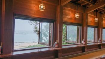 開け放たれた窓からは、潮の香りとともに沖縄のゆったりとした空気が流れ込んできます。