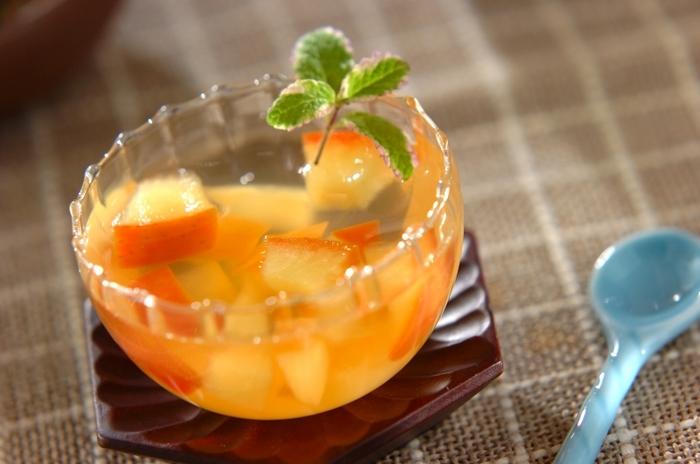 お肉料理などの食後のお口直しにぴったりのさっぱりデザート。りんご酢のゼリー液にたっぷりのりんごのコンポートを入れて。