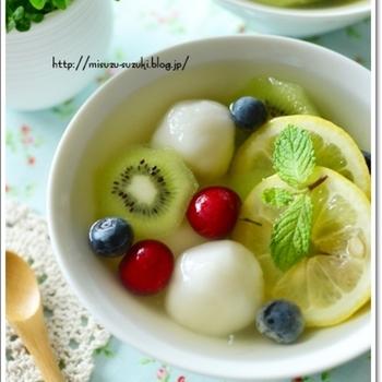 暑い日に冷蔵庫で冷たく冷やして食べたいフルーツ酢白玉。暑さが吹き飛びそうですね。