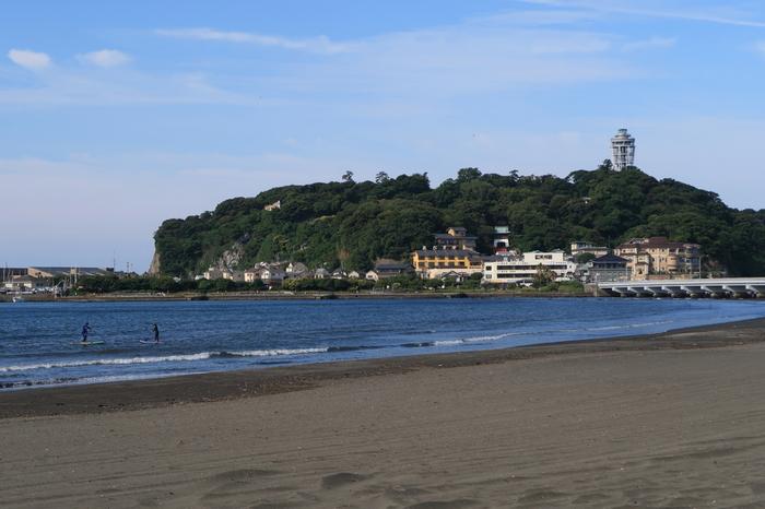 毎年海遊びをする人たちで賑わう湘南、「江の島」も実は階段の名スポット。現在は一大観光地ですが、古くは奈良時代ほどから、僧侶が修行の場として厳しい修行に励んでいた場として知られていました。