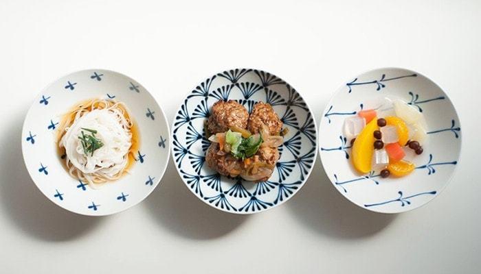 華やかなお料理の場合は、シンプルな器にすると料理が引き立ちます。逆にシンプルなお料理のときは器で華やかさをプラスするのもあり。