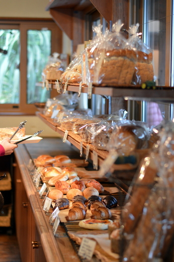 店内にはベーカリーがあり、毎朝焼き立ての天然酵母パンや糸島産の野菜を使ったパンがずらりと並んでいます。カフェの帰りやお土産に購入してもいいかも。