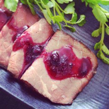 ブルーベリーと意外に相性がいいのが肉料理。甘さ控えめに作ることで、お肉に合わせるソースとしても使いやすく。水と赤ワインでのばし、ショウガとレモン汁を加えます。ローストビーフなどによく合うので、パンに挟んでも美味しそうですね♪