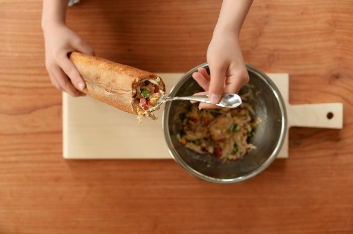 具材をスプーンなどを使って、しっかりと詰めていくのがポイント。麺棒などで押すと、すき間なくギュッと詰められますよ。