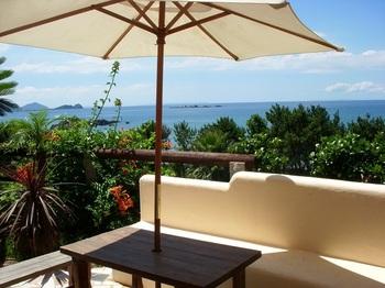 海が見渡せるテラス席もあるので、ちょっとしたリゾート気分を味わえますよ♪