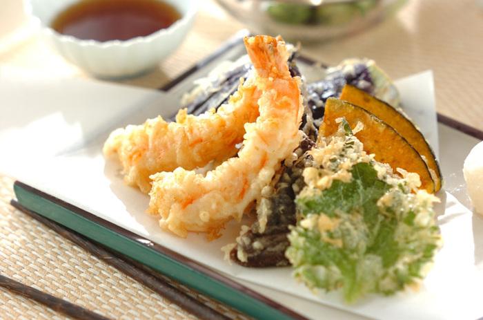 天ぷらは、立てるように盛り付けるのが基本です。立体感が生まれ、油が下に落ちるというメリットも◎余白を意識すると、品良く盛り付けることができます。